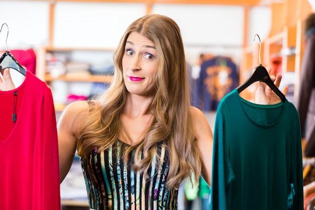 Femme shopping dans un magasin de mode
