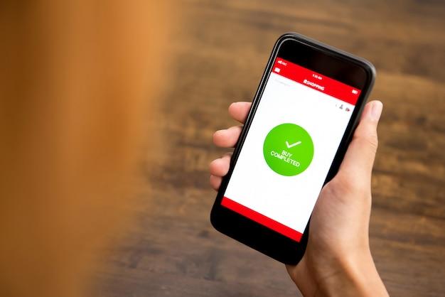 Femme shopping en ligne via l'application smartphone