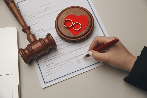 Femme signant un contrat de mariage, gros plan.