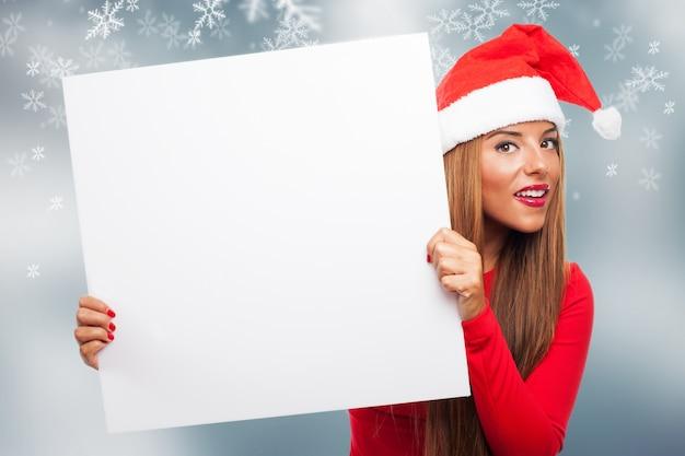 Femme avec un signe dans un fond de flocons de neige