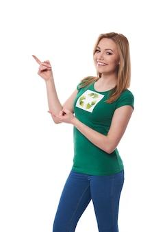 Femme avec signe de recyclage montrant sur l'espace de copie