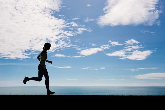 Femme de silhouette en cours d'exécution ou coureur féminin