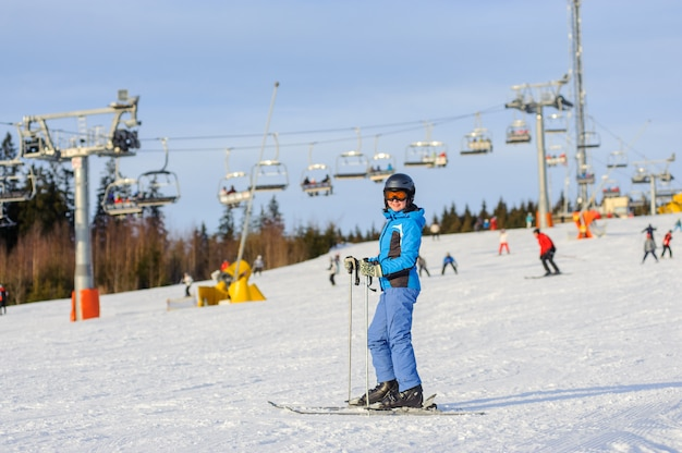 Femme, skieur, ski alpin, à, station, ski, contre, téléski