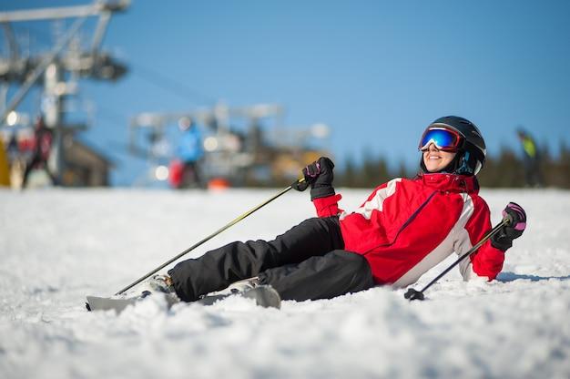 Femme skieur avec ski au winer resort en journée ensoleillée