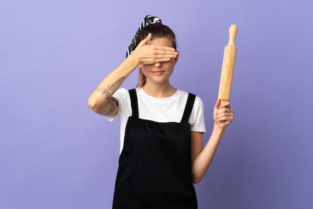 Femme slovaque cuisinière isolée sur fond violet couvrant les yeux par les mains. je ne veux pas voir quelque chose