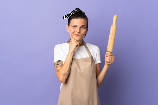 Femme slovaque cuisinière isolée sur fond violet et de la pensée