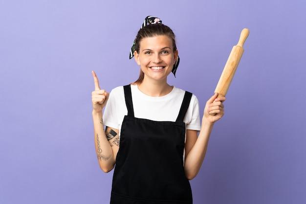 Femme slovaque cuisinière isolée sur fond violet pointant vers le haut une excellente idée