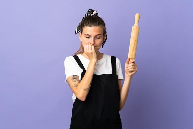 Femme slovaque cuisinière isolée sur mur violet ayant des doutes