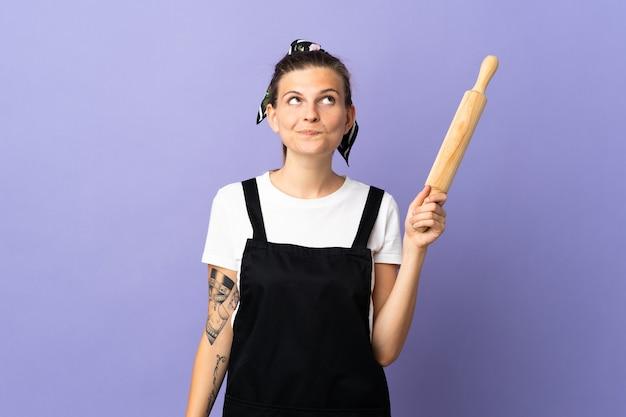 Femme slovaque cuisinière isolée sur mur violet et jusqu'à