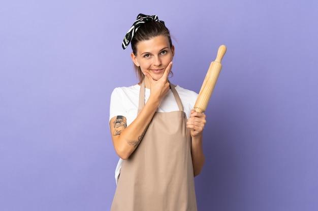 Femme slovaque cuisinière isolée sur la pensée de mur violet