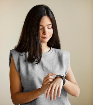 Femme avec smartwatch