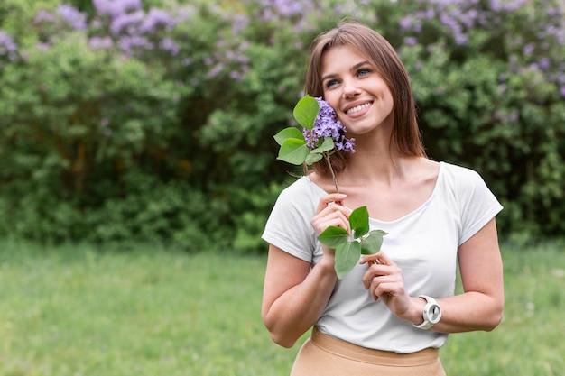 Femme smiley avec bouquet de lavande