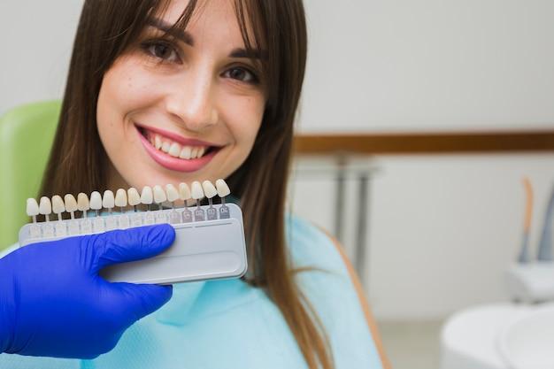 Femme smiley chez dentiste