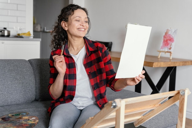 Femme smiley coup moyen avec pinceau
