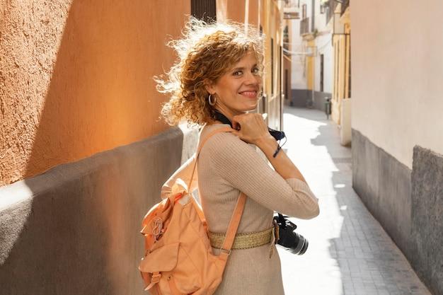 Femme smiley coup moyen posant