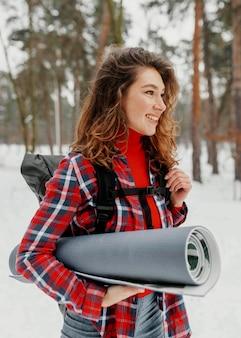 Femme smiley tir moyen portant tapis