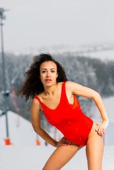 Femme de snowboarder sexy en maillot de bain, activités de sports d'hiver, dame en bikini.