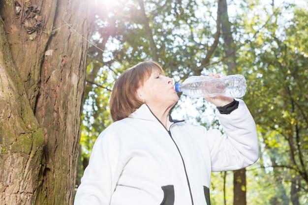 Femme soif d'eau potable sur une journée ensoleillée