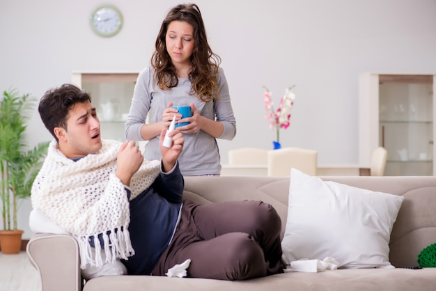 Femme soignant son mari malade à la maison
