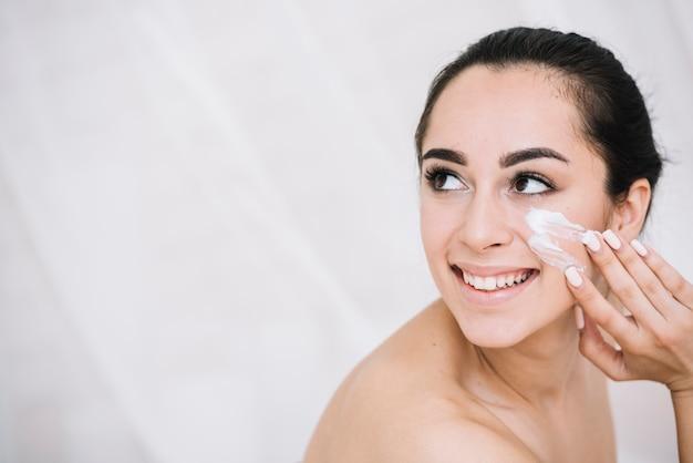 Femme avec un soin du visage