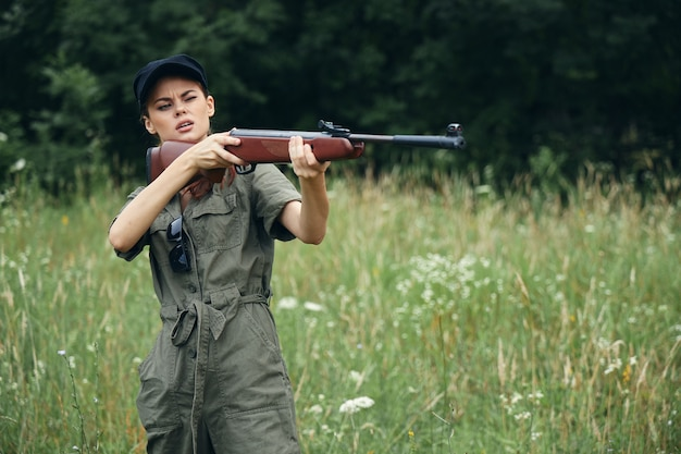 Femme soldat avec une arme dans les mains, visant