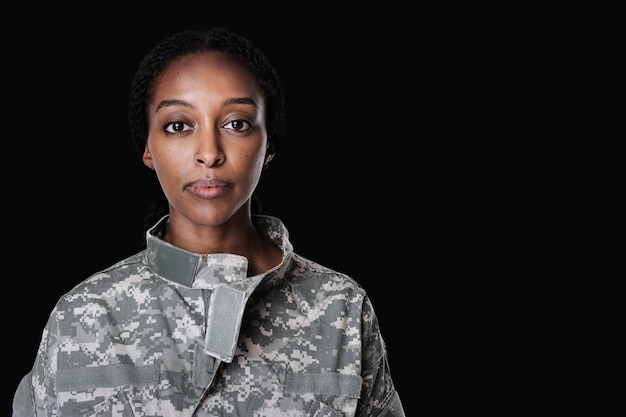 Femme soldat dans un portrait uniforme
