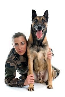 Femme soldat et malinois