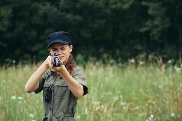 Femme soldat pistolet canon vue chasse lifestyle feuilles vertes