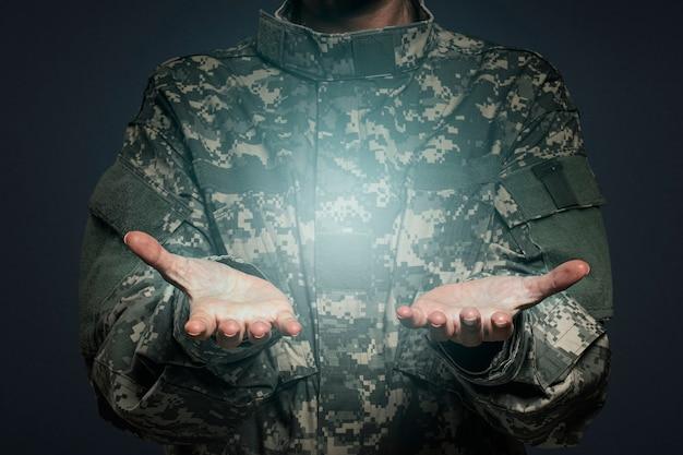 Femme soldat présentant un objet invisible