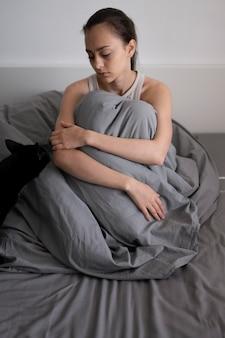 Femme solitaire plein coup avec couverture