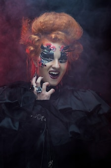 Femme sombre sorcière gothique redhair avec maquillage artistique