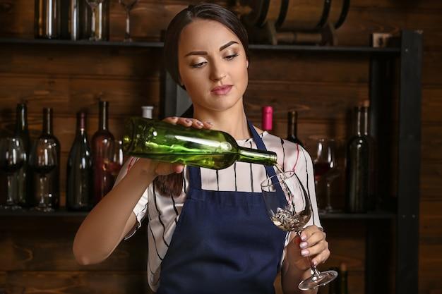 Femme sommelière travaillant dans une cave à vin