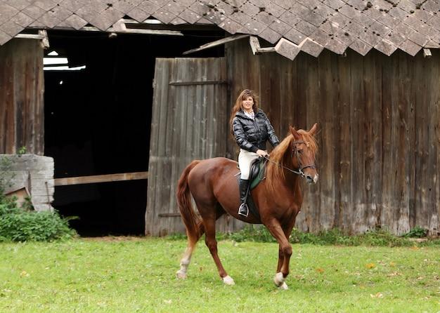 Femme et son cheval brun