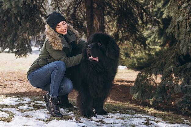 Femme avec son chien marchant dans le parc