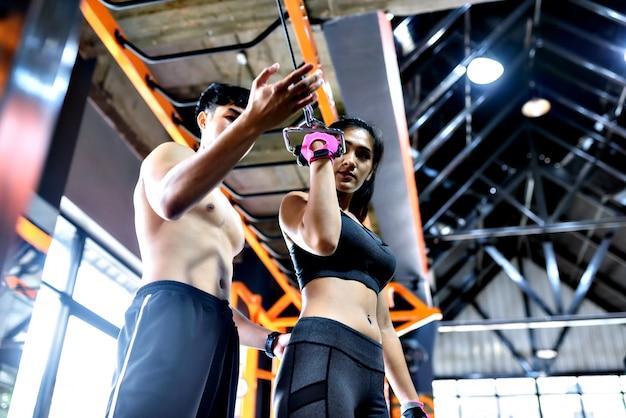 Femme avec son entraîneur personnel de fitness.