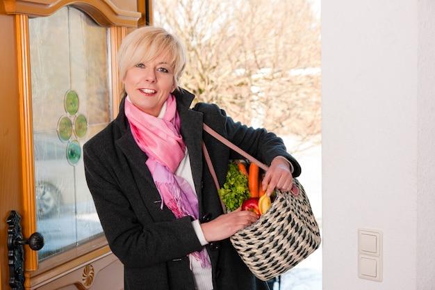 Femme avec son épicerie