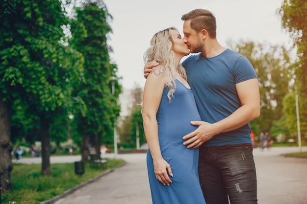 Femme avec son mari dans un parc d'été