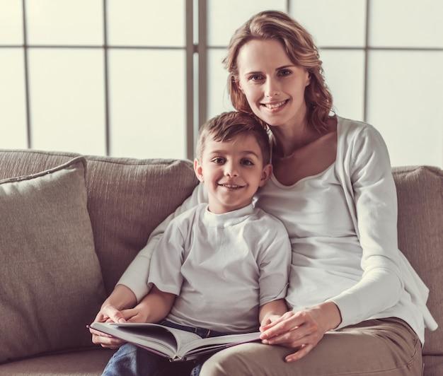 Femme et son mignon petit fils lisent un livre.