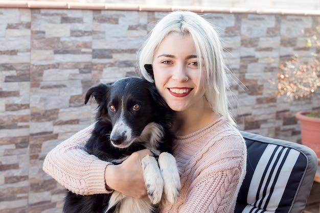 Femme et son portrait de chien préféré
