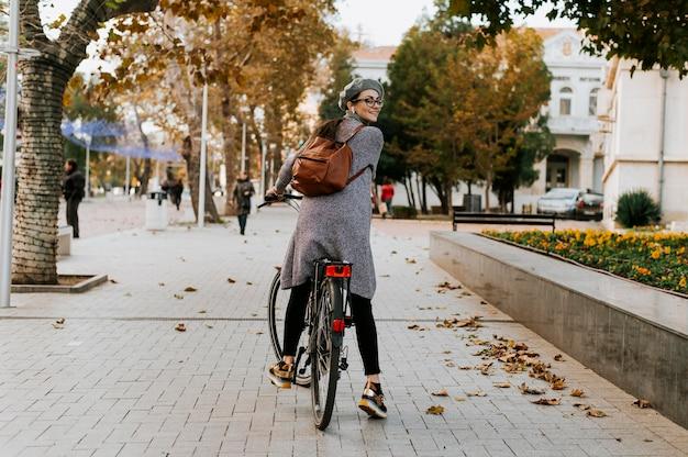 Femme et son vélo long shot