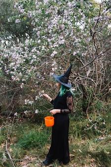 Femme sorcière à l'arbre fleuri