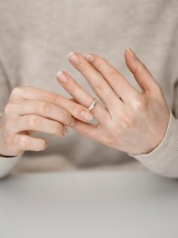 Femme, sortir, anneau mariage
