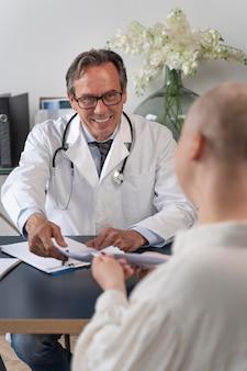 Femme souffrant d'un cancer du sein parlant avec son médecin