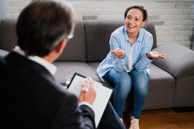 Femme souffrant de dépression et de problèmes relationnels - studio de psychotérapiste, psychologue lors d'une séance avec patient