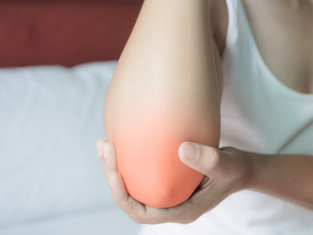 Femme souffrant de douleur au coude. concept de soins de santé.