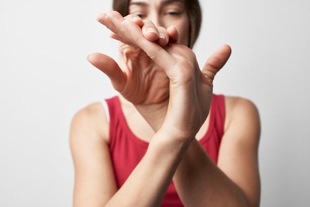 Femme souffrant de douleurs articulaires dans les doigts arthrite rhumatisme