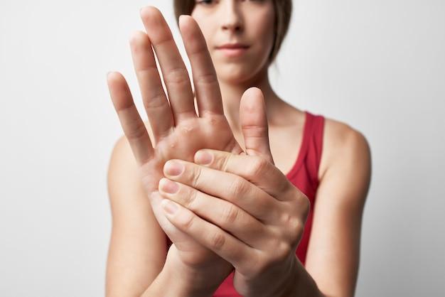 Femme souffrant de douleurs articulaires dans le traitement de l'arthrite des doigts agrandi