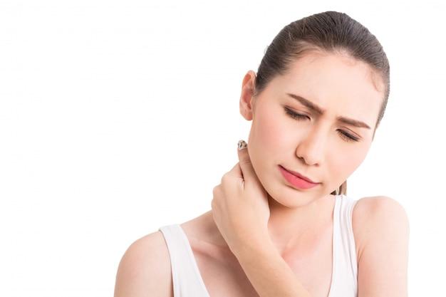 Femme souffrant de douleurs au cou isolée sur fond blanc