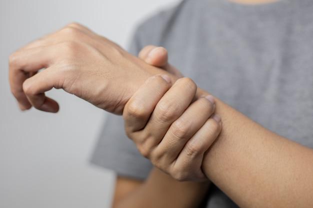 Femme souffrant de douleurs au poignet. douleur au poignet d'une femme. jeune femme tenant son poignet douloureux