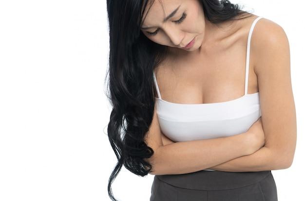 Femme souffrant de douleurs à l'estomac